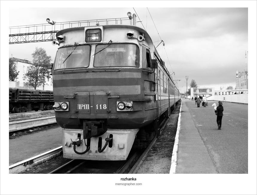 A train 'Grodno - Lida' stops in Rozhanka